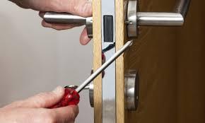 Comment résoudre les problèmes habituels d'une porte coincée ?